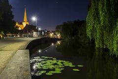 Villaggio olandese Zoeterwoude-dorp durante il crepuscolo immagine stock libera da diritti