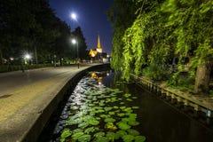 Villaggio olandese Zoeterwoude-dorp durante il crepuscolo immagine stock