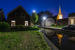 Villaggio olandese Zoeterwoude-dorp durante il crepuscolo immagini stock