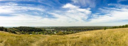 Villaggio panoramico del paesaggio di estate immagine stock libera da diritti