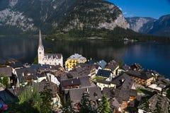 Villaggio panoramico di Hallstatt con le Camere e la chiesa della montagna Fotografia Stock Libera da Diritti