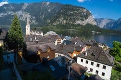 Villaggio panoramico di Hallstatt con le Camere e la chiesa della montagna Fotografie Stock