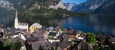 Villaggio panoramico di Hallstatt con le Camere e la chiesa della montagna Fotografia Stock