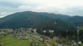 Villaggio pittoresco al piede della montagna, trekking, attività all'aperto archivi video