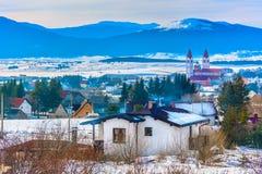 Villaggio pittoresco in alpi europee, paesaggio di inverno Immagini Stock Libere da Diritti