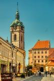 Villaggio pittoresco di giorno soleggiato della torre di chiesa di Melnik fotografia stock