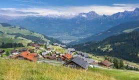 Villaggio pittoresco nelle alpi svizzere Fotografie Stock
