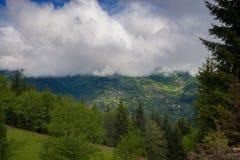 Villaggio pittoresco nelle montagne Fotografie Stock