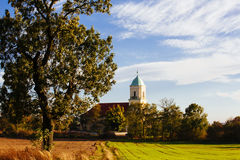 Villaggio polacco con la chiesa Fotografia Stock