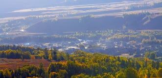 villaggio prima di alba nella porcellana di autunno Immagini Stock Libere da Diritti