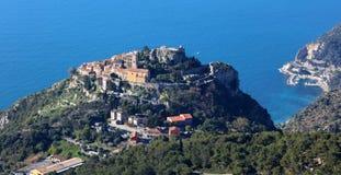 Villaggio riviera francese di Eze, ` Azur, costa mediterranea di CÃ'te d, Eze, Saint Tropez, Cannes ed il Monaco Acqua blu e yach fotografie stock