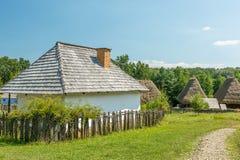 Villaggio rumeno nelle montagne carpatiche fotografia stock