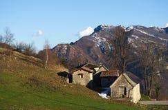 Villaggio rurale antico nelle alpi Fotografie Stock