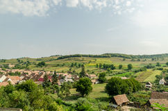 Villaggio rurale nella vista aerea delle montagne carpatiche fotografia stock libera da diritti