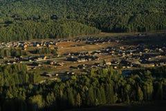 Villaggio rurale pacifico fra la foresta Fotografie Stock