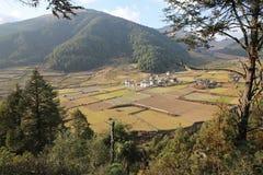 Villaggio rurale pittoresco dell'azienda agricola nel Bhutan montagnoso Fotografia Stock Libera da Diritti