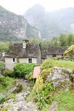 Villaggio rurale tradizionale di Fontana sulle alpi svizzere Fotografia Stock Libera da Diritti