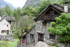 Villaggio rurale tradizionale di Fontana sulle alpi svizzere Fotografia Stock
