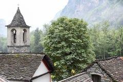 Villaggio rurale tradizionale di Fontana sulle alpi svizzere Immagine Stock