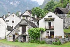Villaggio rurale tradizionale di Fontana sulle alpi svizzere Immagine Stock Libera da Diritti