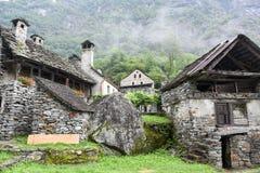 Villaggio rurale tradizionale di Fontana sulle alpi svizzere Fotografie Stock Libere da Diritti