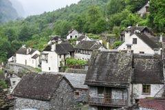Villaggio rurale tradizionale di Fontana sulle alpi svizzere Immagini Stock