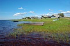Villaggio russo nordico dal lago Fotografie Stock Libere da Diritti