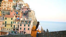 Villaggio sbalorditivo di Manarola, Cinque Terre, Liguria, Italia del fondo felice delle coppie stock footage