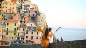 Villaggio sbalorditivo di Manarola, Cinque Terre, Liguria, Italia del fondo felice delle coppie archivi video