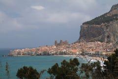Villaggio siciliano dal mare e sotto la montagna Fotografie Stock
