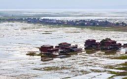 Villaggio sopra acqua sul lago Inle, lo Stato Shan, Myanmar Immagini Stock