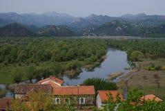 Villaggio sopra il fiume Fotografia Stock Libera da Diritti