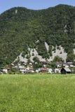 Villaggio sotto la collina immagini stock libere da diritti