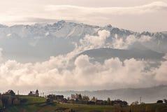 Villaggio sotto la montagna Immagine Stock