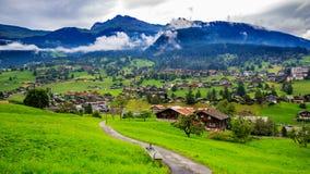 Villaggio sotto la montagna fotografie stock libere da diritti