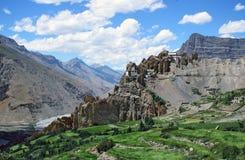 Villaggio spettacolare e gompa del od Dhankar di vista con l'alta Himalaya Immagine Stock