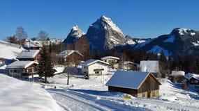 Villaggio Stoos nell'inverno ed in Mt Mythen Immagini Stock