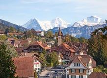 Villaggio storico in alpi svizzere Immagine Stock