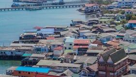Villaggio su Koh Sichang, Tailandia fotografia stock libera da diritti