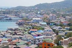 Villaggio su Koh Sichang, Tailandia fotografia stock