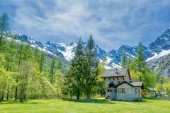 Villaggio sui pendii delle alpi fotografie stock libere da diritti
