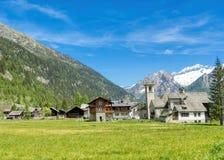 Villaggio sui pendii delle alpi fotografia stock libera da diritti