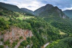 Villaggio sul fianco di una montagna nel Nord del Montenegro immagini stock