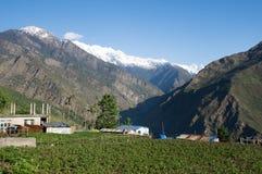 Villaggio sul pendio di collina Fotografie Stock Libere da Diritti