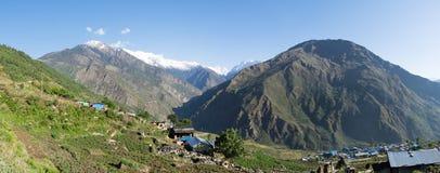 Villaggio sul pendio di collina Fotografia Stock Libera da Diritti