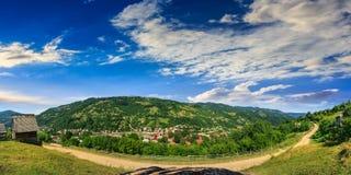 Villaggio sul pendio di collina della montagna Immagini Stock