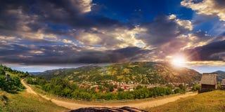 Villaggio sul pendio di collina della montagna al tramonto Fotografia Stock Libera da Diritti