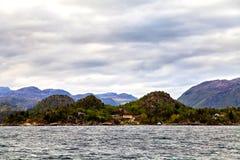 Villaggio sulla collina sulla costa del Mare del Nord, Norvegia Fotografia Stock Libera da Diritti