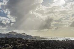 Villaggio sulla costa dell'oceano alla luce di sera Fotografia Stock Libera da Diritti