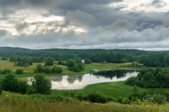Villaggio sulla sponda del fiume Fotografia Stock